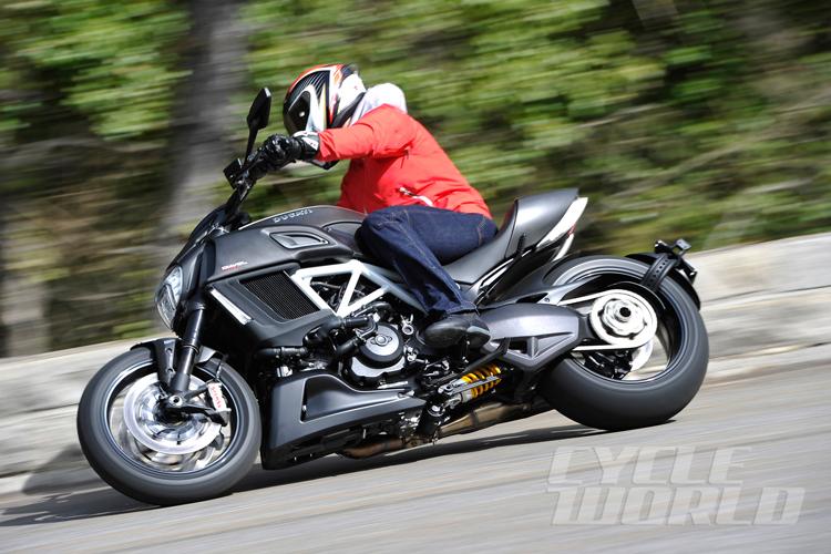Mô hình mới Ducati Diavel 2015 sẽ chính thức có sẵn tại các đại lý của Anh vào ngày 12/4 tới, với mức giá dành cho phiên bản cơ sở là 23.270 USD (tương đương 491 triệu đồng).