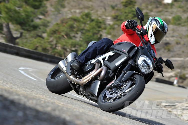 Ducati Diavel 2015 chính thức xuất hiện tại lần đầu tại Geneva Motor Show, Thụy Sĩ từ đầu tháng 3. Theo hãng xe Ý tuyên bố, phiên bản mới sở hữu rất nhiều nâng cấp cả về thẩm mỹ cũng như kỹ thuật.
