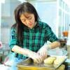 Văn Mai Hương tự làm bánh trung thu tặng người nghèo