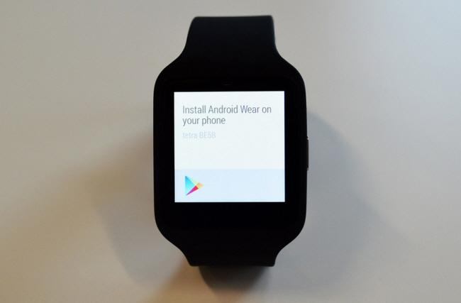 SmartWatch 3 là thiết bị đeo đầu tiên của Sony chạy trên nền tảng Android Wear.