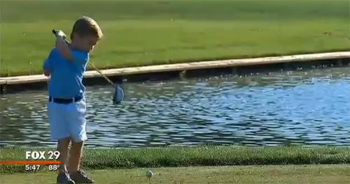 Tròn mắt xem cậu bé 3 tuổi cụt 1 tay đánh golf - 1
