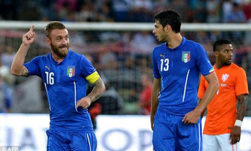 """Thua dễ Italia, Hiddink chê hàng thủ Hà Lan """"ngây thơ"""" - 1"""