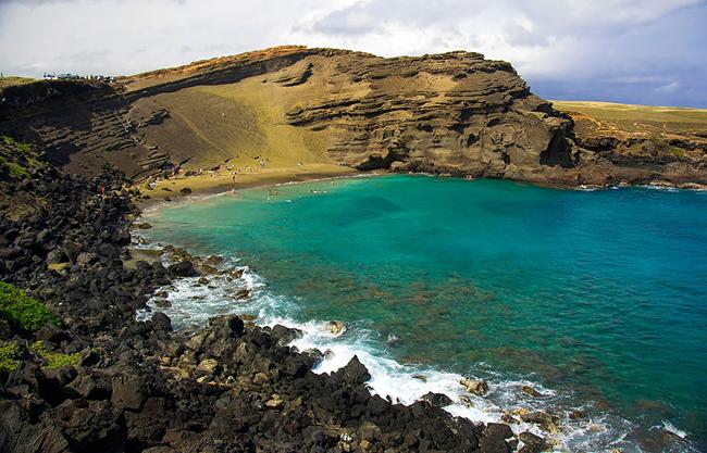 2. Bãi biển Papakolea là một bãi biển cát màu xanh, nằm gần South Point, Hawaii (Mỹ).