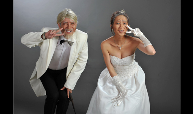 """Để lưu giữ lại những khoảnh khắc ấn tượng trong loạt ảnh cưới, nhiều cặp đôi sao Việt đã không ngại sáng tạo để mang đến những loạt ảnh  """" có một không hai """"  trong hôn lễ của mình. Vợ chồng Lý Hải là một trong số những cặp đôi  """" chịu chơi """"  nhất khi thực hiện gần mười bộ ảnh với phong cách hoàn toàn khác nhau. Đáng chú ý nhất trong số đó là chùm ảnh  """" vợ chồng già """" , đầu bạc, răng sún của cả hai."""