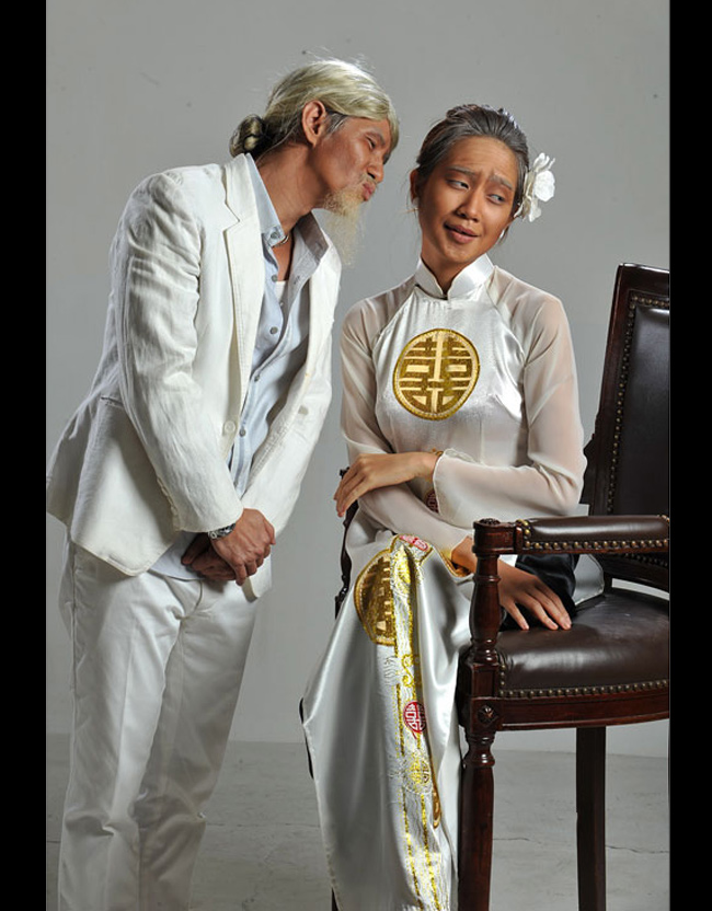 Được biết, Lý Hải và Minh Hà đã mất hơn 3 tiếng để các chuyên gia trang điểm hóa trang thành ông cụ, bà cụ chạm ngưỡng 80 tuổi.