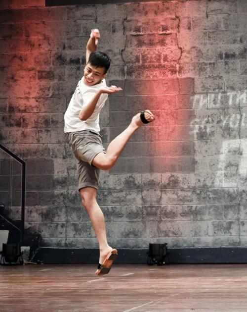 Cháu trai họa sĩ Tô Ngọc Vân mang guốc mộc đi thi nhảy - 1