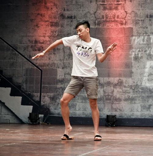 Cháu trai họa sĩ Tô Ngọc Vân mang guốc mộc đi thi nhảy - 3