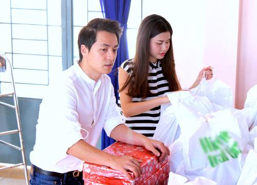 Vợ chồng Đăng Khôi tặng quà Trung thu cho học sinh nghèo - 1