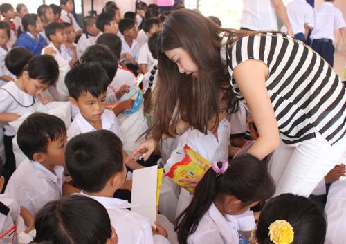 Vợ chồng Đăng Khôi tặng quà Trung thu cho học sinh nghèo - 3