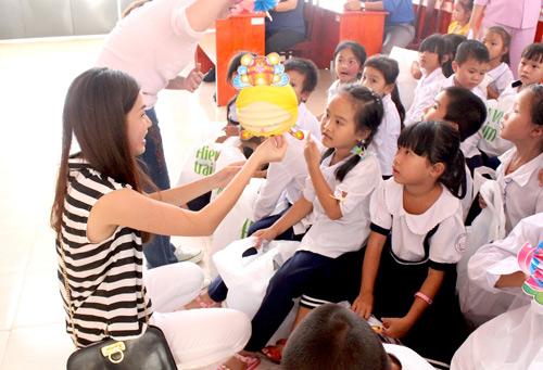 Vợ chồng Đăng Khôi tặng quà Trung thu cho học sinh nghèo - 4