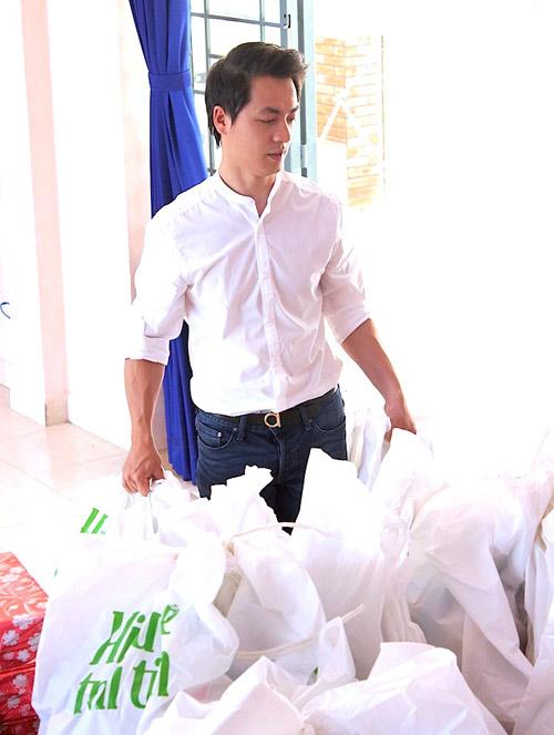 Vợ chồng Đăng Khôi tặng quà Trung thu cho học sinh nghèo - 7