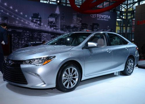 Toyota Camry 2015 chính thức có giá bán - 1