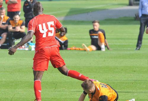 """Balotelli bị nghi đá """"láo"""" đối thủ trên sân - 4"""