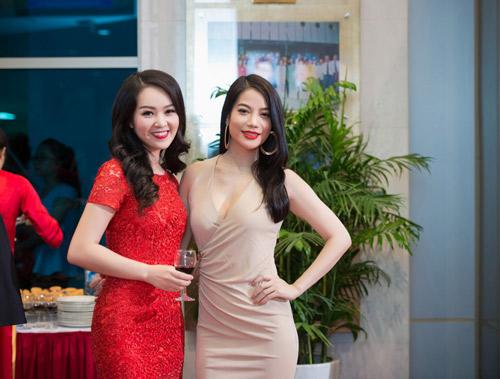 Trương Ngọc Ánh đọ sắc cùng dàn BTV xinh đẹp của VTV - 2