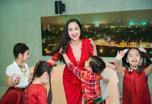Trương Ngọc Ánh đọ sắc cùng dàn BTV xinh đẹp của VTV - 15