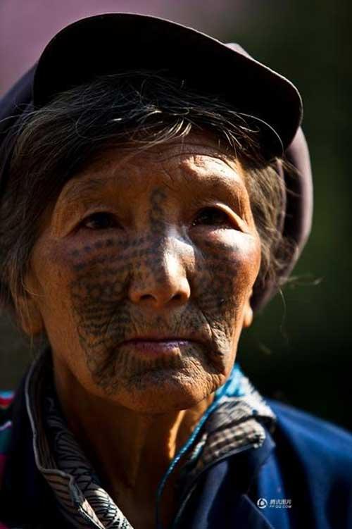 """Những người phụ nữ còn lại của """"bộ tộc xăm mặt"""" - 3"""