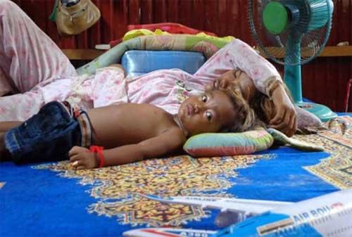 Cậu bé Campuchia có khả năng chữa bệnh thần kỳ - 1