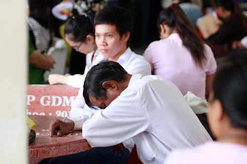 Tân sinh viên xếp hàng nhiều ngày chờ khám sức khỏe nhập học - 1