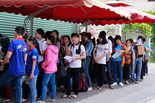 Tân sinh viên xếp hàng nhiều ngày chờ khám sức khỏe nhập học - 2