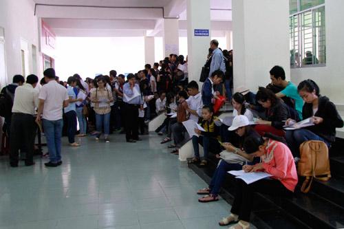 Tân sinh viên xếp hàng nhiều ngày chờ khám sức khỏe nhập học - 3