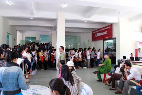 Tân sinh viên xếp hàng nhiều ngày chờ khám sức khỏe nhập học - 5