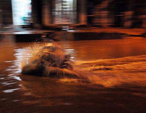 TPHCM ngập, người dân ngã sõng soài trên đường - 1