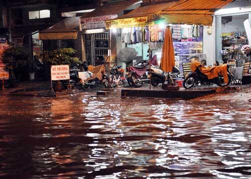 TPHCM ngập, người dân ngã sõng soài trên đường - 10