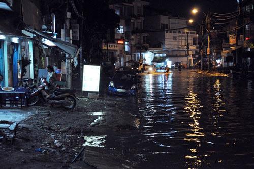 TPHCM ngập, người dân ngã sõng soài trên đường - 11
