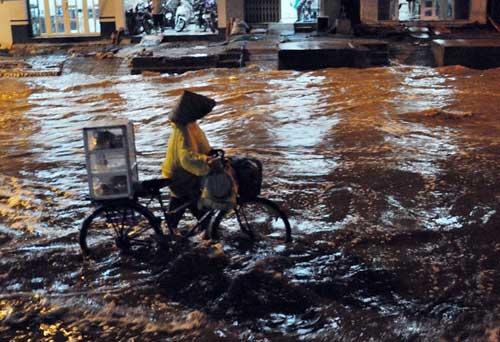 TPHCM ngập, người dân ngã sõng soài trên đường - 13