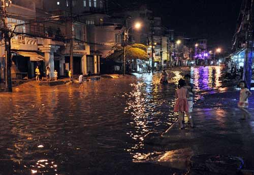 TPHCM ngập, người dân ngã sõng soài trên đường - 12