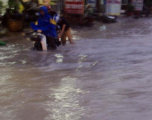 TPHCM ngập, người dân ngã sõng soài trên đường - 14