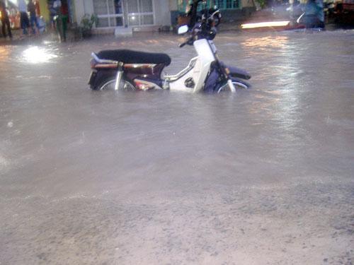 TPHCM ngập, người dân ngã sõng soài trên đường - 15