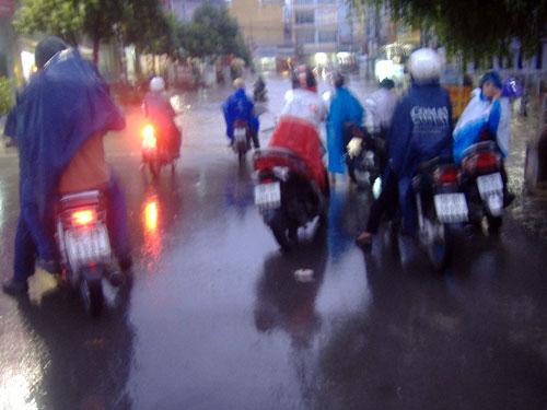 TPHCM ngập, người dân ngã sõng soài trên đường - 16