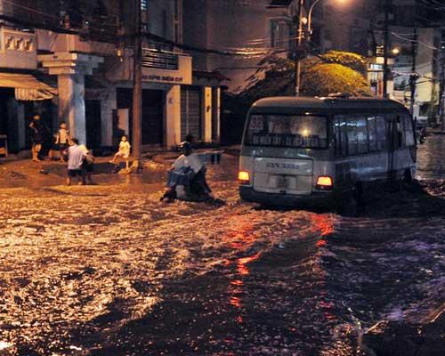 TPHCM ngập, người dân ngã sõng soài trên đường - 2