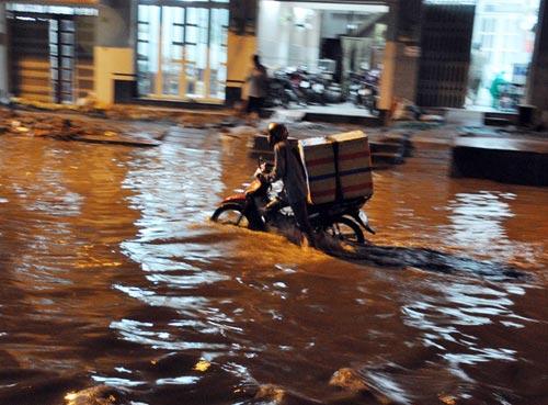 TPHCM ngập, người dân ngã sõng soài trên đường - 4