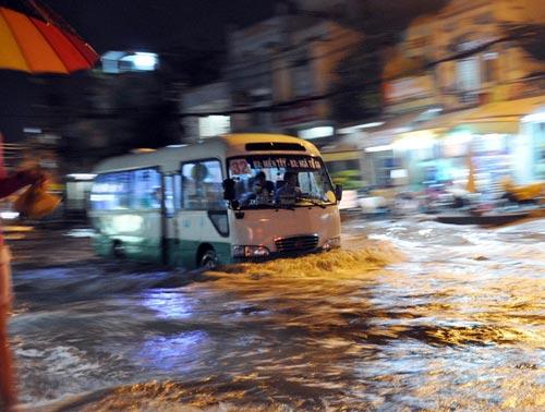 TPHCM ngập, người dân ngã sõng soài trên đường - 5