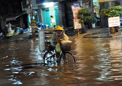 TPHCM ngập, người dân ngã sõng soài trên đường - 6