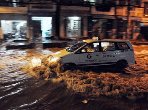 TPHCM ngập, người dân ngã sõng soài trên đường - 7