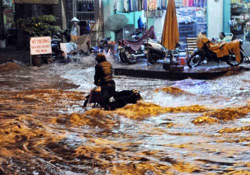 TPHCM ngập, người dân ngã sõng soài trên đường - 8
