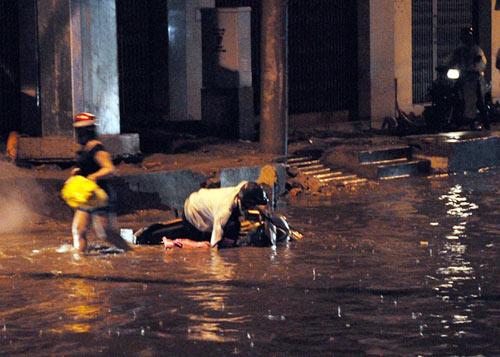 TPHCM ngập, người dân ngã sõng soài trên đường - 9