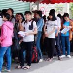 Giáo dục - du học - Tân sinh viên xếp hàng nhiều ngày chờ khám sức khỏe nhập học