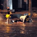 Tin tức trong ngày - TPHCM ngập, người dân ngã sõng soài trên đường