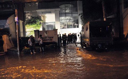 """Hầm khách sạn 4 sao ngập, cả loạt """"xế hộp"""" """"ngạt"""" nước - 1"""
