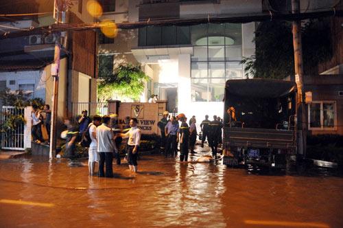 """Hầm khách sạn 4 sao ngập, cả loạt """"xế hộp"""" """"ngạt"""" nước - 5"""