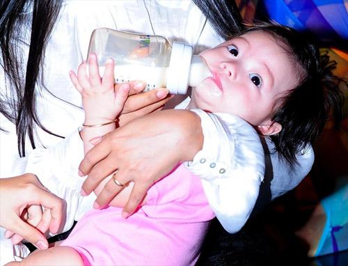 Cận gương mặt đáng yêu của con gái Đoan Trang - 3