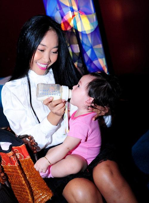 Cận gương mặt đáng yêu của con gái Đoan Trang - 4