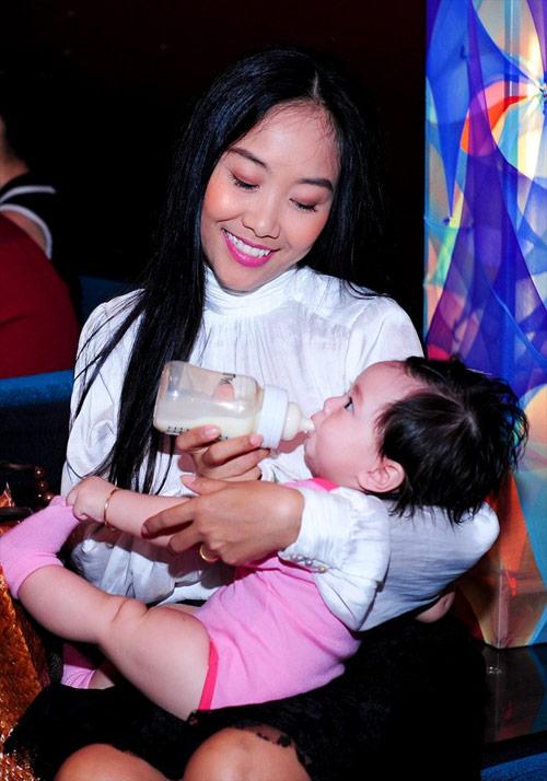 Cận gương mặt đáng yêu của con gái Đoan Trang - 5
