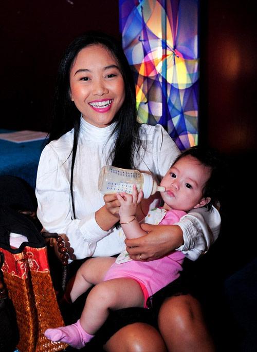 Cận gương mặt đáng yêu của con gái Đoan Trang - 6