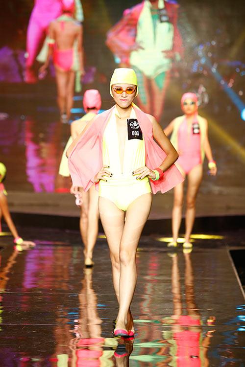 Thí sinh người mẫu đeo kính đen diện bikini - 1