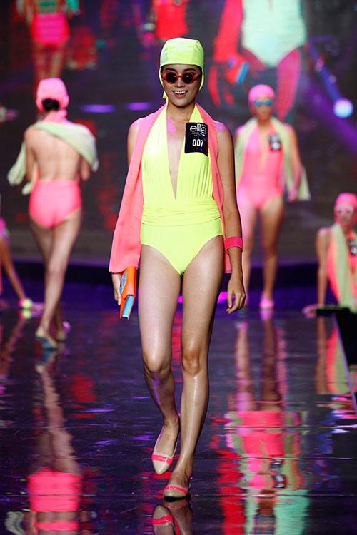 Thí sinh người mẫu đeo kính đen diện bikini - 5